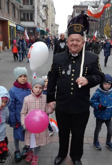 a35055bc5 Abuelo y nietos en las calles de Varsovia el día de la independencia.