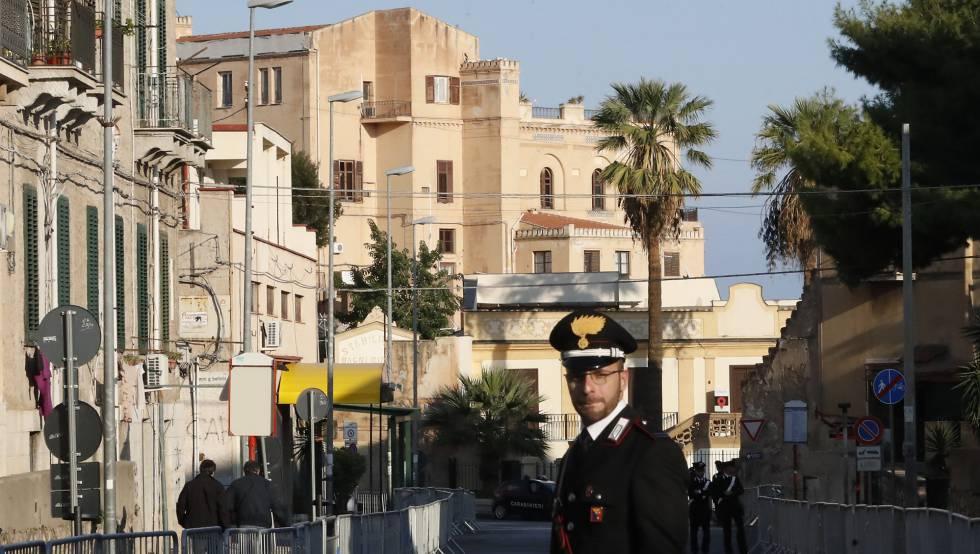 Un carabinero patrulla la zona junto al hotel Villa Igiea, donde se celebra la cita sobre Libia.