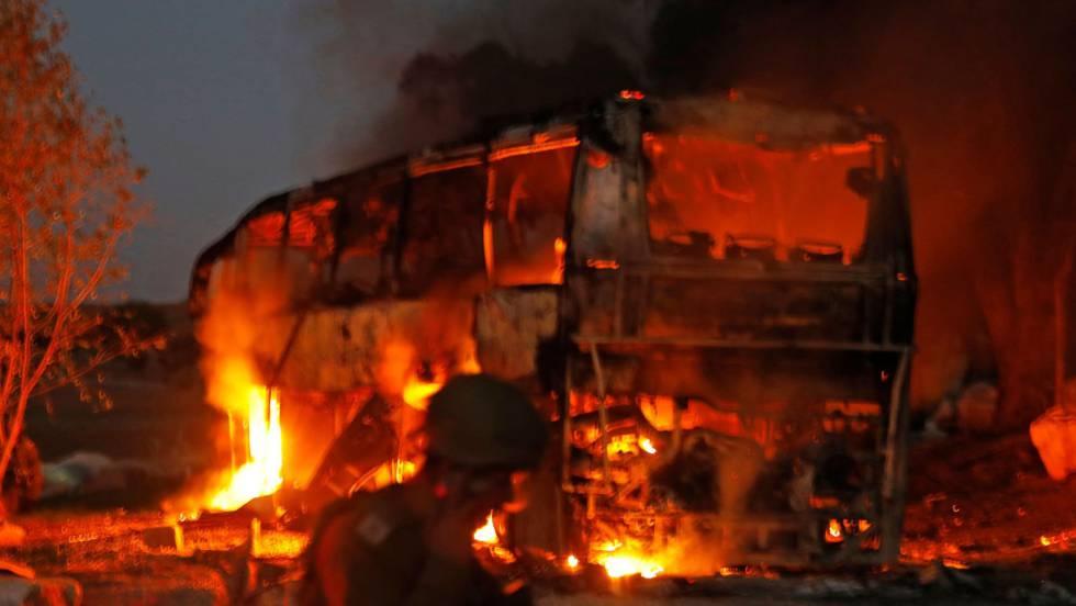Em vídeo, Hamás explode um ônibus israelense desde Gaza.