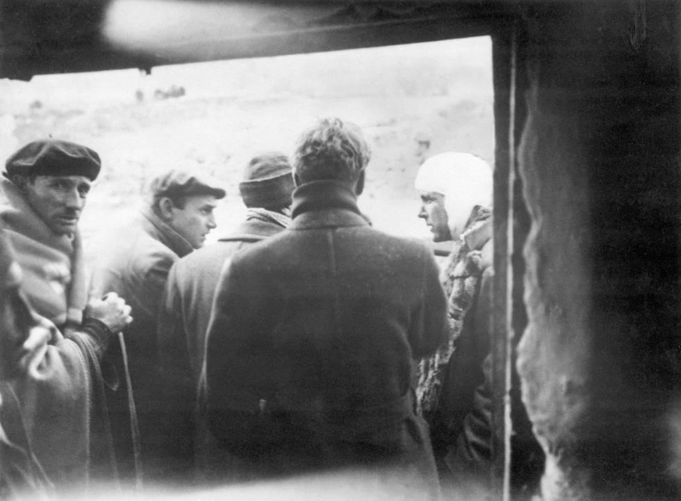 Philby, a la derecha, con un grupo de periodistas en Caude, en 1937, durante la Guerra Civil española.