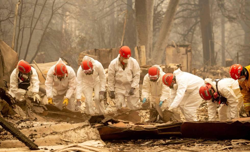 Búsqueda de restos humanos entre los escombros de Paradise, California, el miércoles.