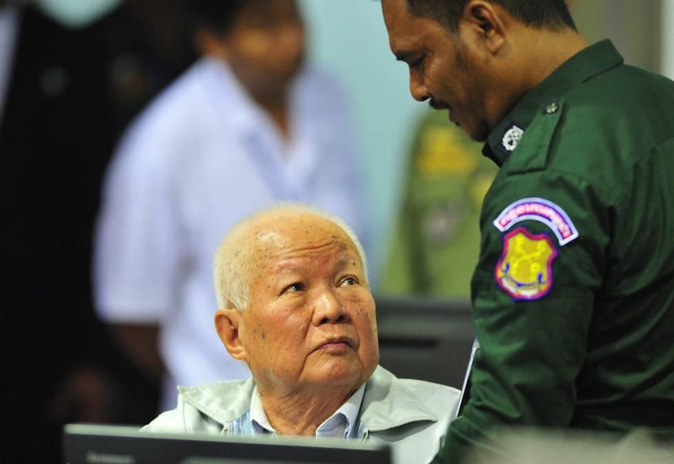 El jefe del Estado Kampuchea Democrática, Khieu Samphan, de 87 años, en una sala de las Cámaras Extraordinarias de los Tribunales de Camboya, este viernes.