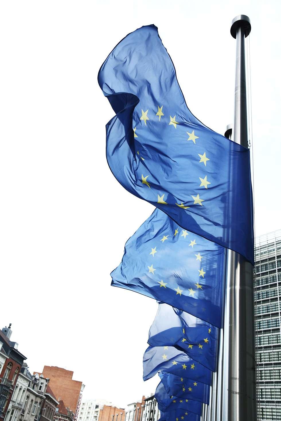 Banderas de Europa a media asta en la sede de la Comisión Europea, en Bruselas, en 2013.