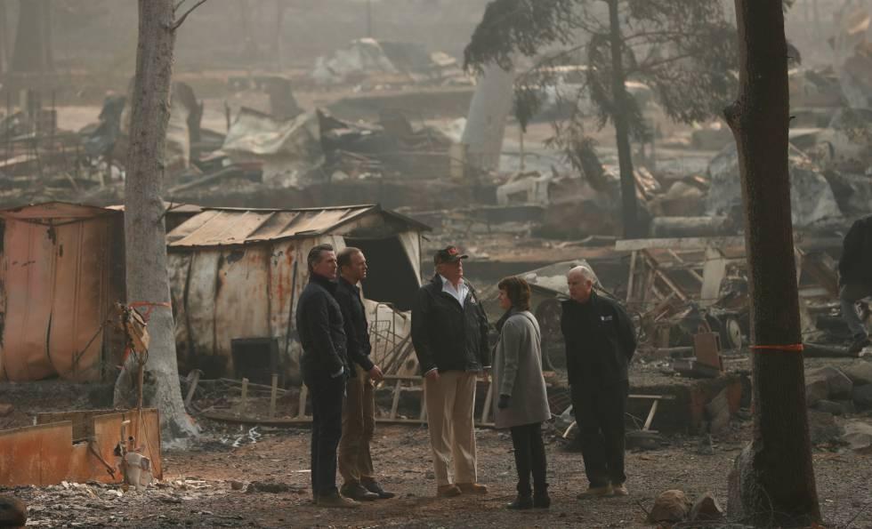 El gobernador electo de California, Gavin Newsom (a la izquierda), el presidente Donald Trump (en el centro) y el gobernador saliente Jerry Brown (a la derecha), el sábado en los restos de Paradise, California.