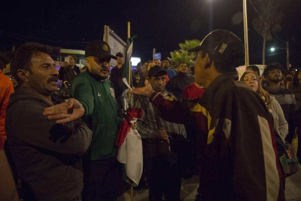 Un mexicano discute con un migrante hondureño durante una protesta contra la presencia de la caravana en Playas de Tijuana.