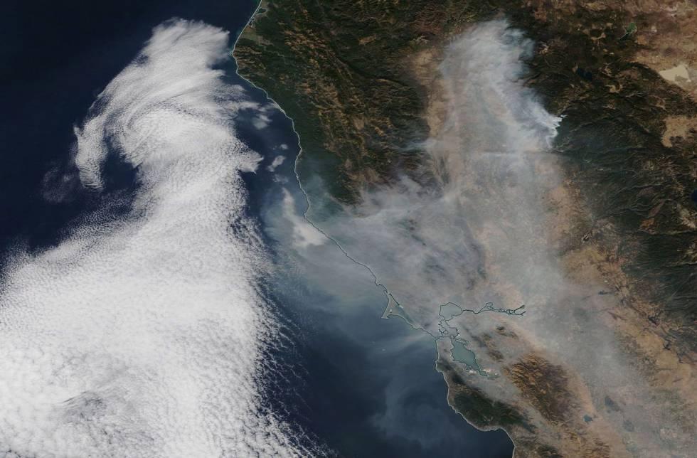 El humo del incendio de Paradise, el 16 de noviembre, ocho días después de empezar a arder.