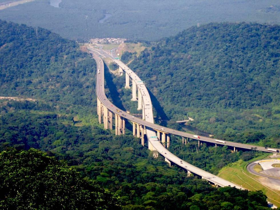 Vista da estrada dos Imigrantes em Sao Paulo (Brasil).
