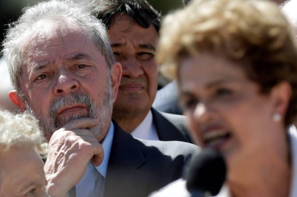 Lula escucha a su protegida, Dilma Rousseff, en mayo de 2016