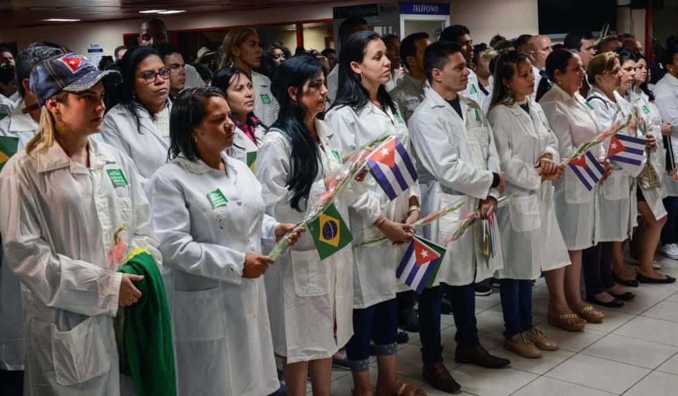 Médicos cubanos llegan al aeropuerto de La Habana tras su regreso de Brasil.