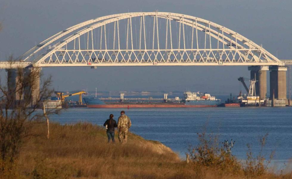Un carguero ruso bloquea este domingo el paso de barcos en el estrecho de Kersch justo debajo del puente que conecta Rusia con Crimea.