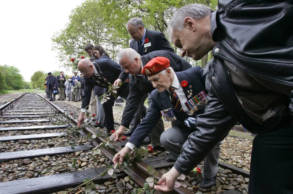Veteranos de la II Guerra Mundial depositan en mayo de 2015 rosas sobre los raíles del tren a su paso por el campo de concentración de Westerbork.