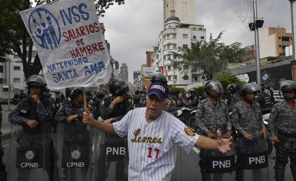 Un empleado estatal reclama mejores salarios durante una protesta realizada en Caracas, el miércoles 28 de noviembre.