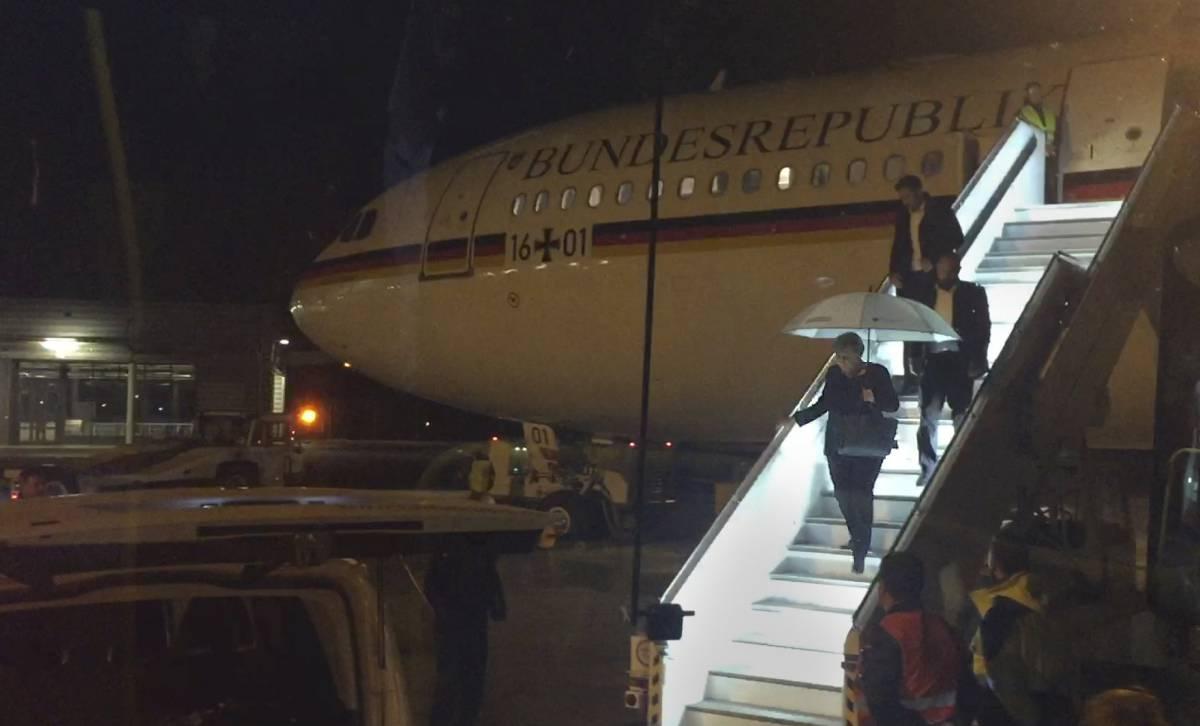 La canciller alemana, Angela Merkel, viaja del avión oficial tras aterrizar anoche en Colonia por un fallo técnico.