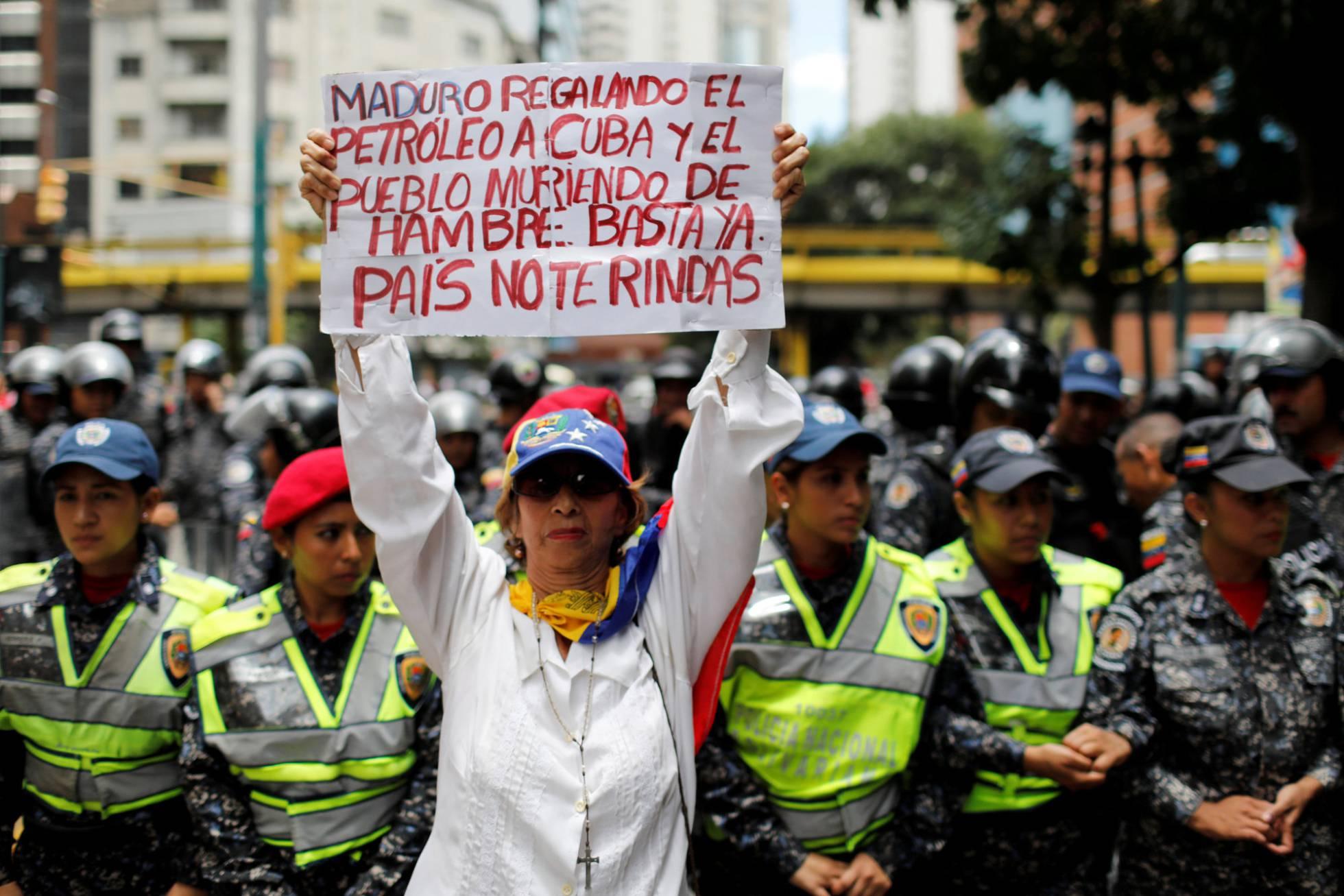 Maduro aumenta un 150% el salario mínimo en plena hiperinflación