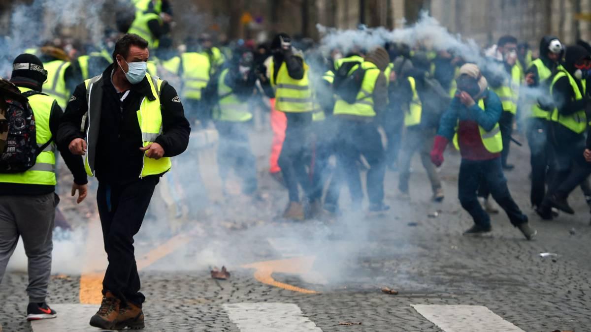 Manifestantes del movimiento de los 'chalecos amarillos' en los Campos Elíseos de París.