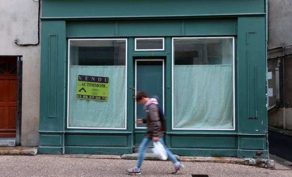 Resultado de imagem para Uma loja fechada em Nevers,
