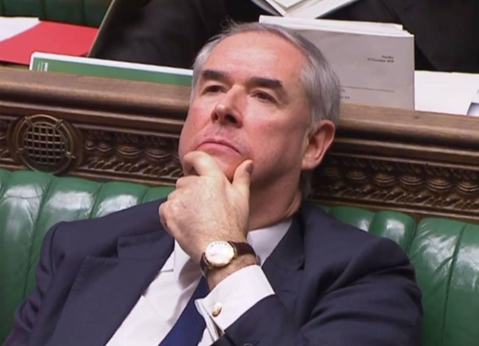 El fiscal general de Reino Unido, Geoffrey Cox, este martes, escucha resignado el voto a favor de que el Gobierno entregue el informe legal del Brexit.
