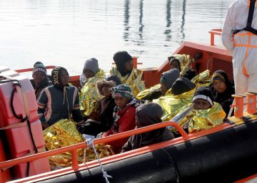 Varios migrantes rescatados este domingo, a su llegada al puerto de Melilla.