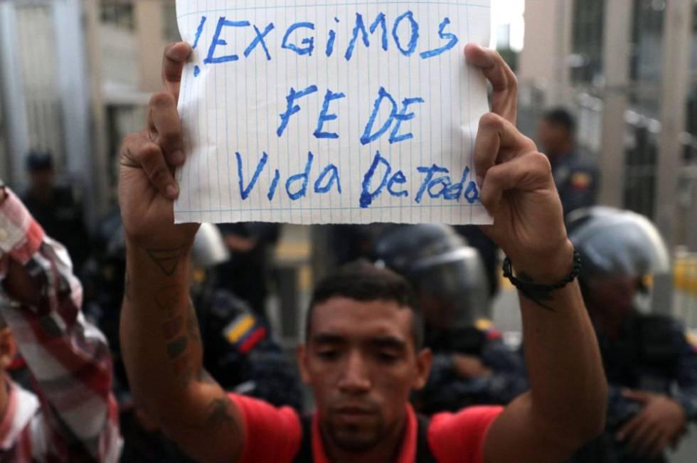 Opositores venezolanos a las puertas del SEBIN demandan pruebas de vida de quienes consideran