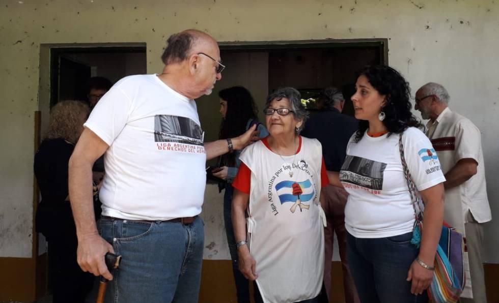 José Schulman, de la Liga por los Derechos del Hombre, e iris Avellaneda (centro), superviviente de El Campito.