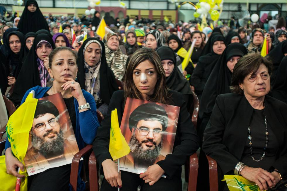 Una joven durante una concentración de los seguidores del partido-milicia Hezbolá en las afueras de Beirut