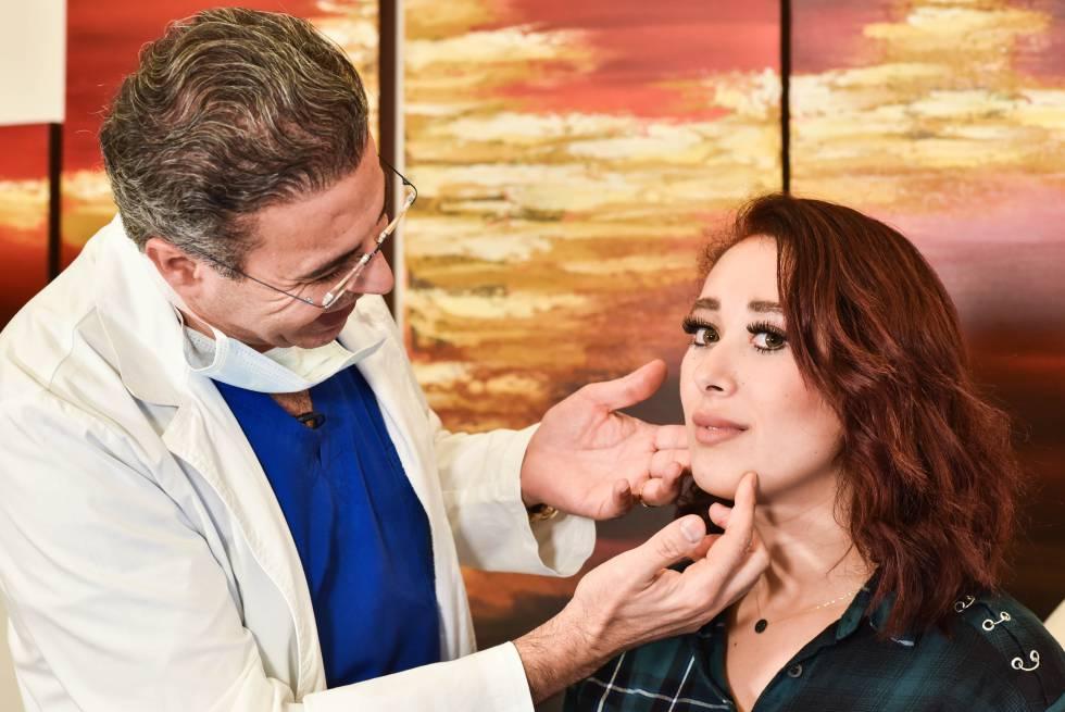 El doctor Saab aplica bótox a una joven paciente en su clínica.