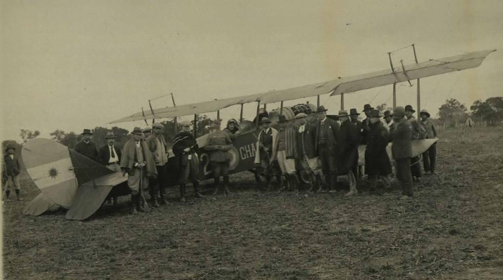El avión utilizado durante la masacre de Napalpí, fotografiado por el equipo del etnólogo Lehmann Nitsche.