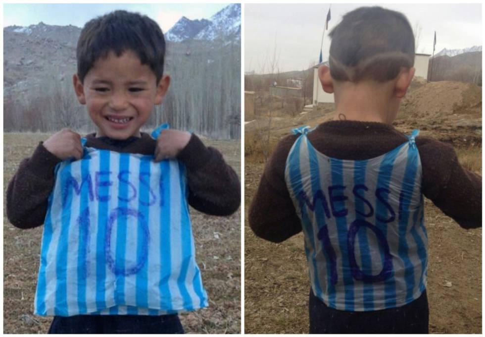 El pequeño, con la camiseta hecha con una bolsa de plástico.