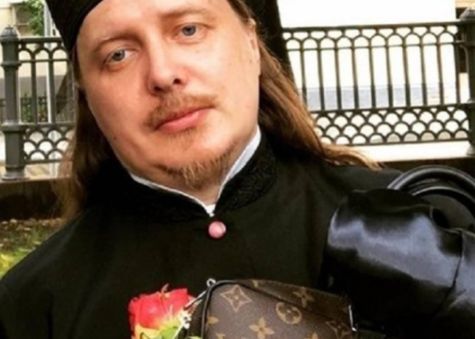 El arcipreste de Tver, Vyacheslav Baskakov, con un bolso de Louis Vuitton, en una imagen de su Instagram.