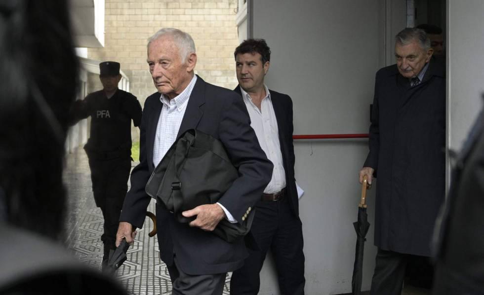 Los exdirectivos de Ford Argentina Pedro Müller (izquierda) y Héctor Sibilla salen de los tribunales tras la sentencia