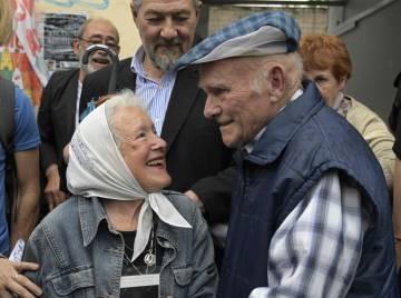 Carlos Gareis, ex-funcionário da Ford sequestrado, cumprimenta a presidenta da organização Mães da Praça de Maio – Linha Fundadora, Nora Cortiñas.