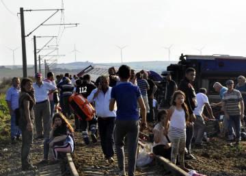 Al menos 24 muertos por el descarrilamiento de un tren en Turquía