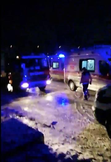 Vehículos de rescate en el lugar del choque.