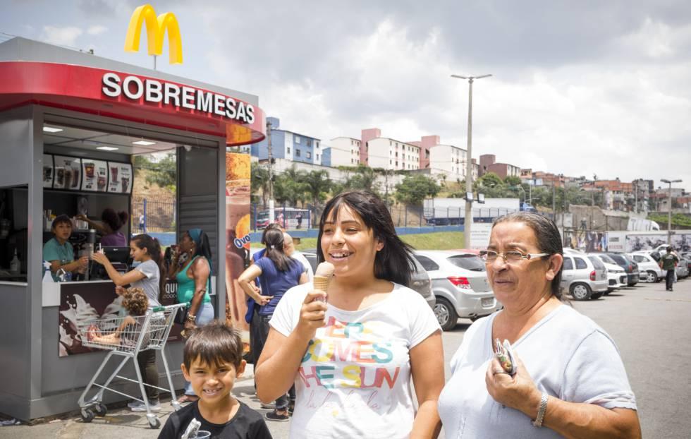 Narissa, de 14 anos, sua avó María Elena e Braian, de sete, depois de sua primeira visita ao quiosco da franquia o 30 de novembro