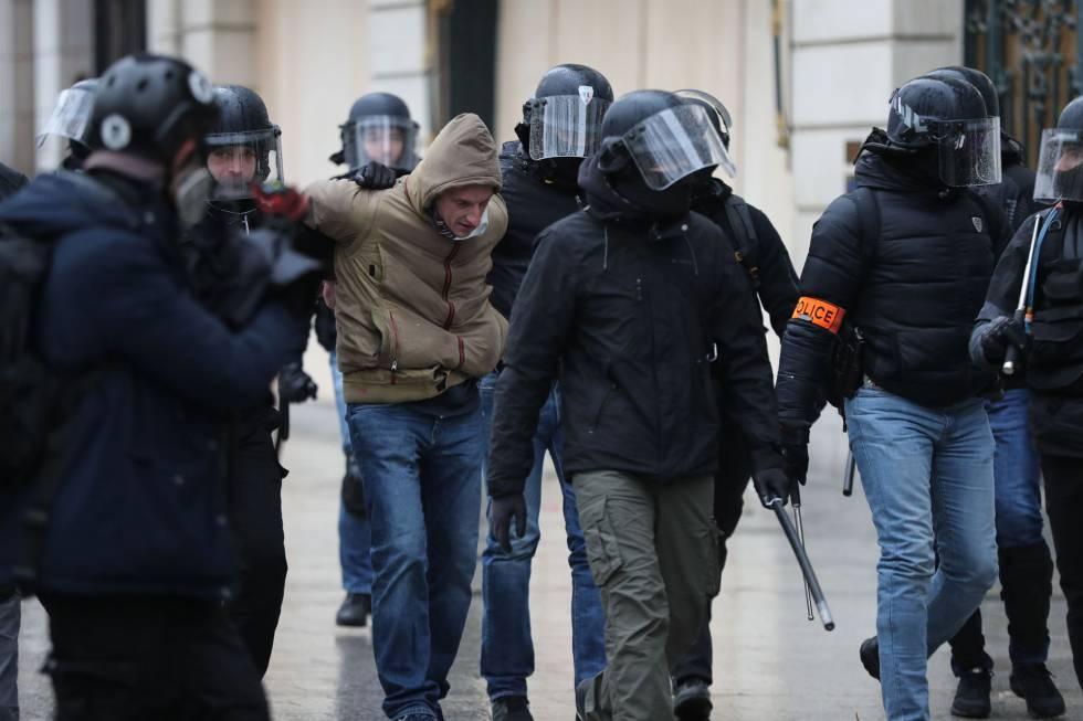La calma domina la quinta jornada de protestas de los 'chalecos amarillos'