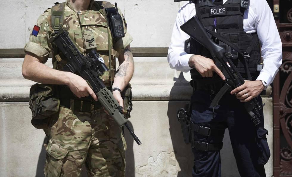 Un soldado y un policía británicos en una imagen de archivo.