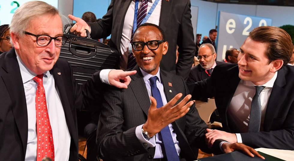De izquierda a derecha, Jean-Claude Juncker, Paul Kagame y Sebastian Kurz, durante el encuentro celebrado en Viena.