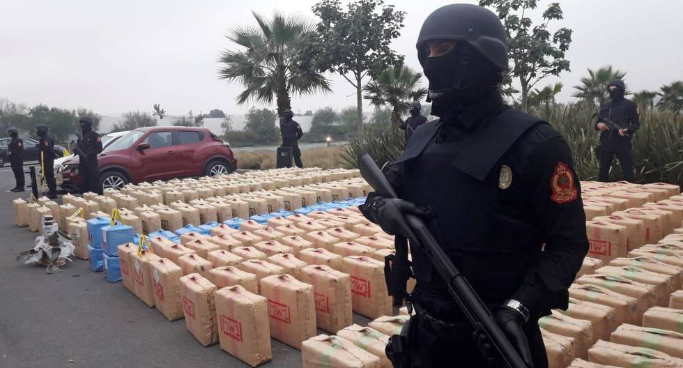 Fotografía facilitada por Marruecos de diez toneladas de hachís que la policía confiscó al sur de Rabat.