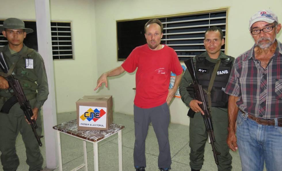 El periodista (centro) en una foto de su perfil de Facebook.