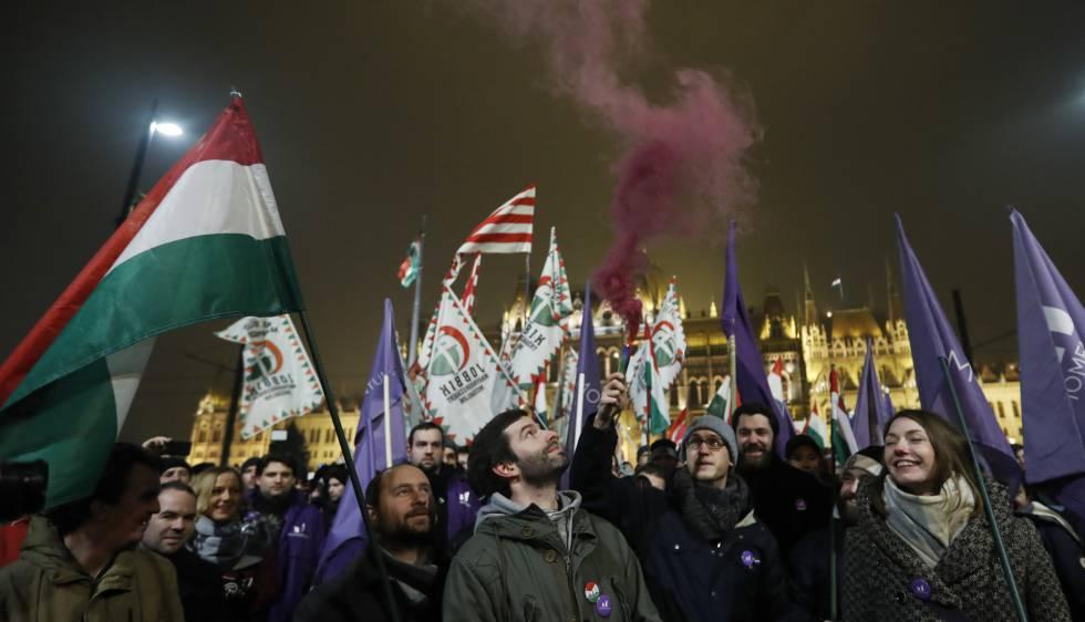 Manifestantes a las afueras del Parlamento húngaro, este viernes en Budapest.