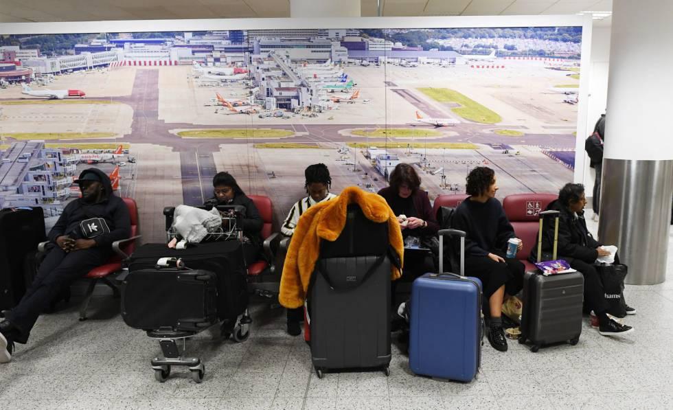 Pasajeros en el aeropuerto, tras ser reabierto este viernes.