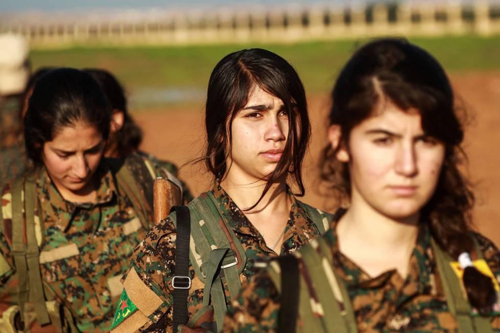 Milicianas de las YPG, este viernes en el sureste de Siria.