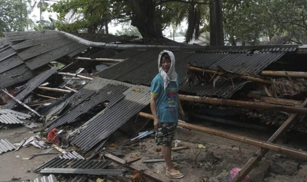 Un hombre en Carita, en el distrito de Pandeglang, tras el tsunami.