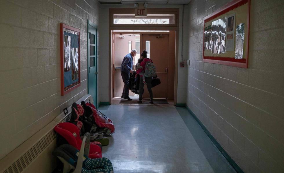 Un voluntario ayuda a una emigrante en Las Cruces (Nuevo México, EE UU) el pasado viernes.