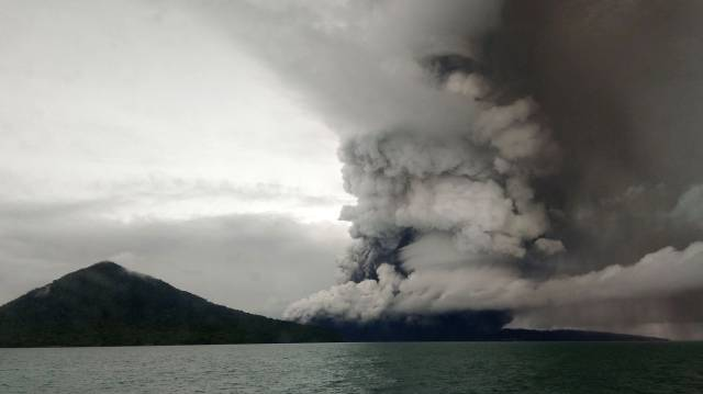 El volcán Anak Krakatoa, este miércoles.