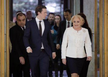 El canciller austriaco Sebastian Kurz, dando el relevo a la primera ministra rumana, Viorica Dancila.