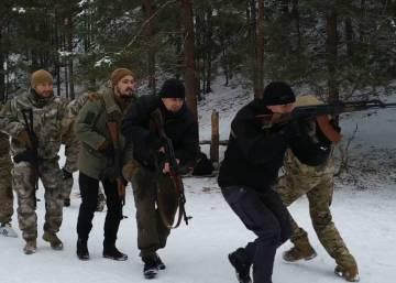 La milicia ultra se prepara para el combate con Rusia