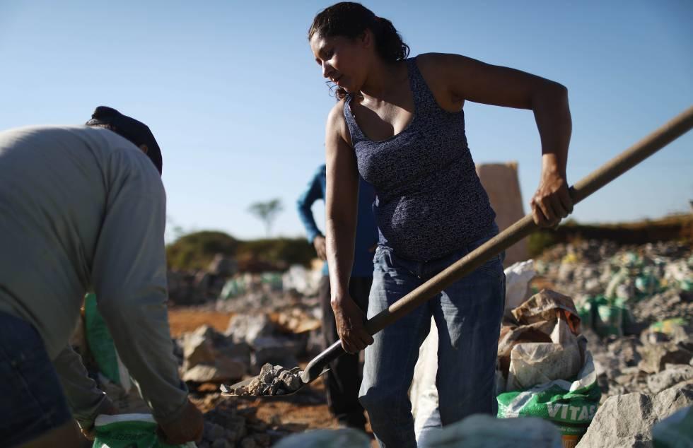Una trabajadora de la mina de estaño al aire libre de Bom Futuro.