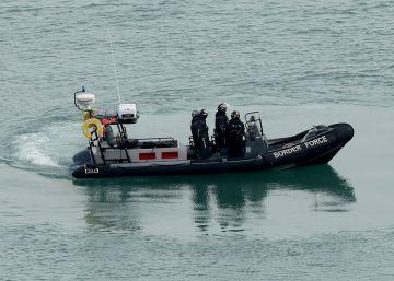 Patrulla de la guardia fronteriza británica en la costa de Dover, Reino Unido