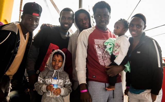 Fotografía facilitada por la ONG Sea-Watch de algunos de los migrantes que rescató el pasado 22 de diciembre en el Mediterráneo central.